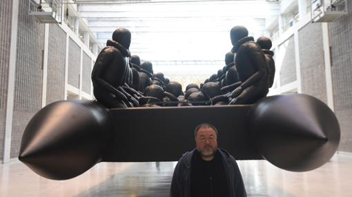 Ai Weiwei, junto a su instalación