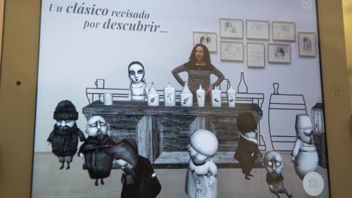 Ana Juan, entre sus personajes, que cobran vida, en una tableta gracias a un juego interactivo