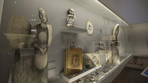Objetos relacionados con «Snowwhite», en una vitrina en la exposición