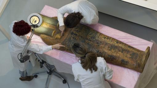 El laboratorio del MAN, al cuidado de un cartonaje de momia