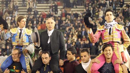 El Juli, el mayoral de la ganadería y López Simón salen a hombros