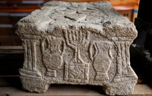 Una de las primeras representaciones de la Menorah, la piedra Magdala