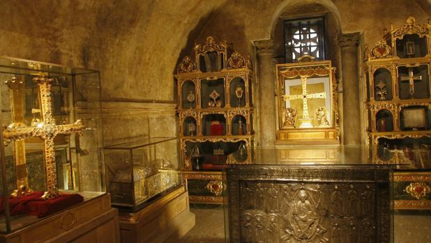 La Cámara Santa de la catedral de Oviedo, con la Cruz de la Victoria (izda) y la Cruz de los Ángeles