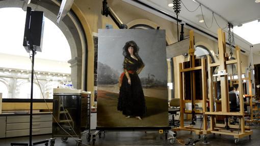 «La duquesa de Alba de negro», de Goya, joya de la Hispanic Society, en el taller del Prado durante su restauración