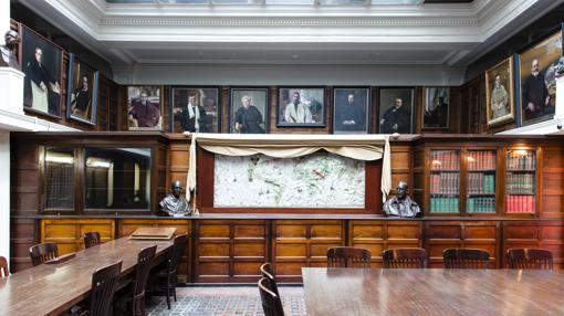Sala de lectura de la Biblioteca de la Hispanic, presidida por el Mapa del Mundo de Juan Vespucio (1526), uno de sus tesoros (al fondo)