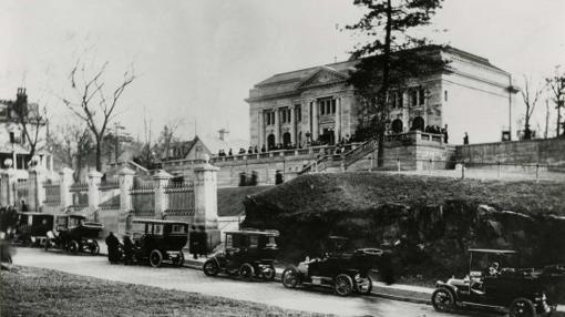Coches aparcados en el exterior de la institución en 1909, durante la inauguración de una exposición dedicada a Sorolla