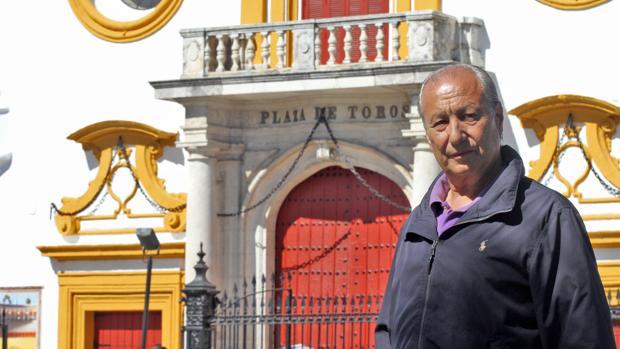 Manolo Cortés, junto a la Maestranza