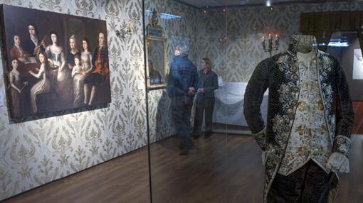 La exposición muestra trajes y costumbres de la época de la Revolución americana