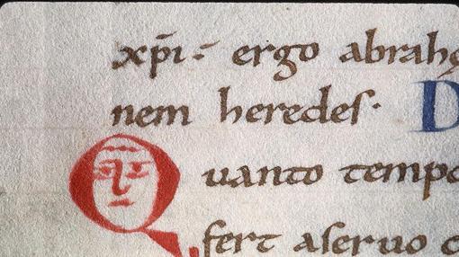 Monje enojado en una inicial de un manuscrito del siglo XII