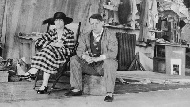Picasso, en 1919 en su estudio de Londres con Olga Khokhlova