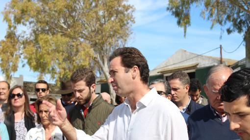 El ganadero Álvaro Núñez conversa con los aficionados
