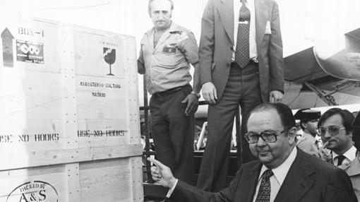 Íñigo Cavero y Javier Tusell, supervisando el traslado del cuadro a su llegada al aeropuerto de Barajas el 10 de septiembre de 1981