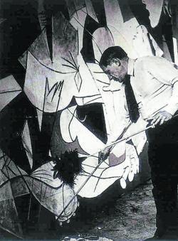 Picasso, en pleno proceso creativo del «Guernica», que fue inmortalizado por su entonces amante Dora Maar