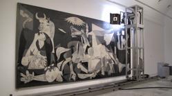 Un robot, tomando imágenes del «Guernica»