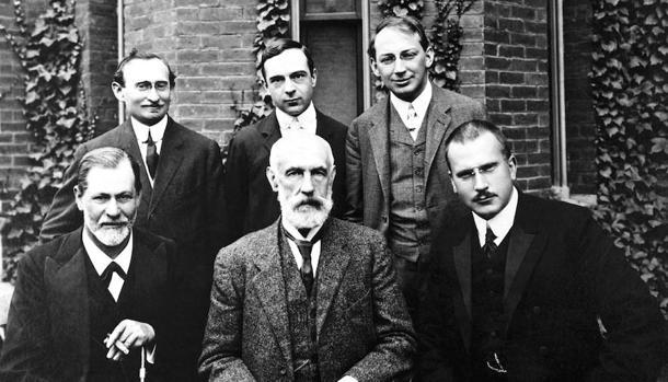 De izquierda a derecha, A.A. Brill, Ernest Jones, Ferenczi, Freud, Stanley Hall y Jung en 1908