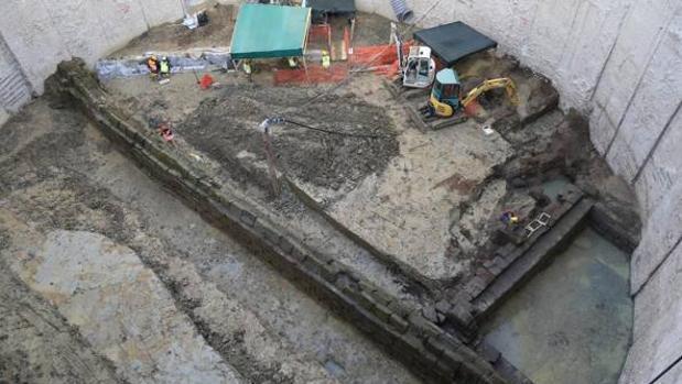 Sima de la obra del metro, con el acueducto en longitudinal