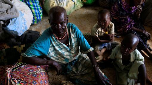 Una anciana desplazada por los combates en Sudán del Sur, al otro lado de la frontera en el norte de Uganda