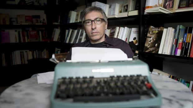 David Trueba, fotografiado delante de una máquina de escribir Olivetti, en una librería de Madrid