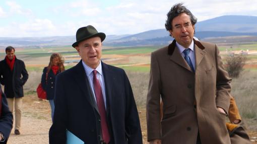 Martín Almagro y Amalio de Marichalar, durante su recorrido por Numancia