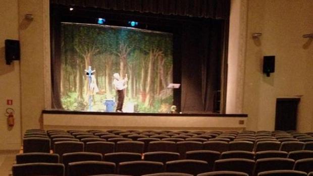 Un conocido actor italiano realiza íntegra su función pese a encontrarse el teatro completamente vacío
