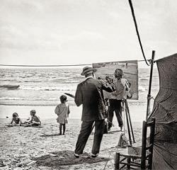 Sorolla, trabajando a pleno sol en la obra «Niños en la playa» en Valencia (1917). Anónimo
