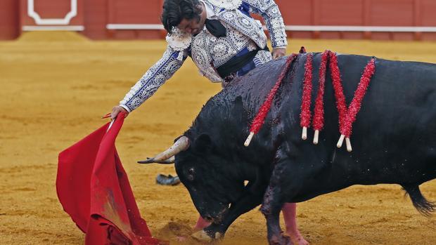Los toros flojos apagan las campanadas de gloria en Sevilla