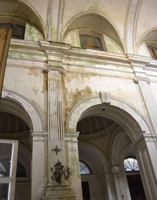 Estado lamentable de la iglesia tras las filtraciones que afectaron a muros y obras de arte