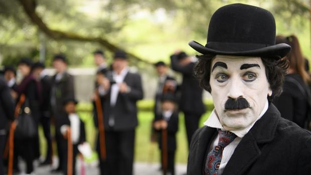 Más de 600 personas se visten de Charlot para celebrar el cumpleaños de Chaplin