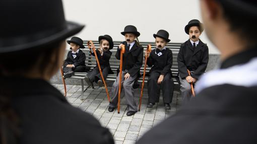 Varios niños caracterizados como Charlot