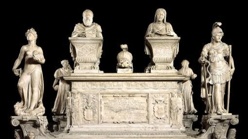 El monumento funerario de don Pedro de Toledo, virrey que encargó la iglesia, es uno de los pocos elementos restaurados