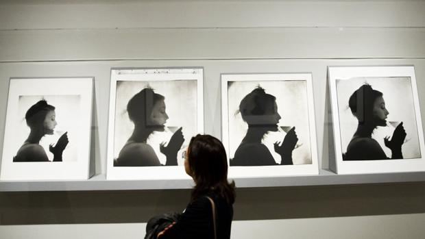 Una mujer observa una serie de fotografías en la exposición «Irving Penn: Centennial», en el Met de Nueva York