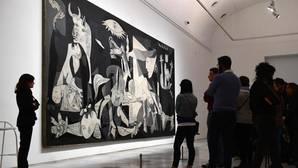 Un grupo de visitantes observa el «Guernica» en el Museo Reina Sofía