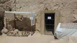 Entrada a la tumba y parte del ajuar funerariohallado