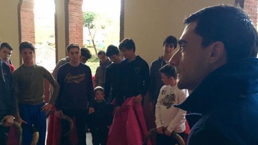 Paco Ureña, con los alumnos de la Escuela Yiyo