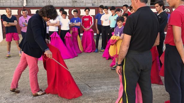 Morante, con los alumnos de la Escuela Taurina de Yiyo en Las Ventas