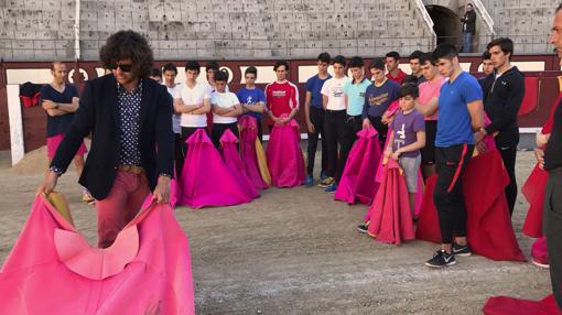 Los aspirantes a torero observan el manejo del capote de Morante