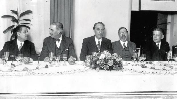 Cena homenaje a Mourlane Michelena (en el centro) tras ganar el Premio Luca de Tena en 1935