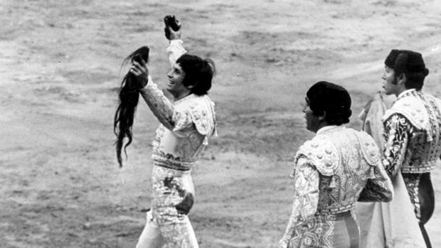 Sebastián Palomo Linares pasea el rabo que cortó en Las Ventas en 1972