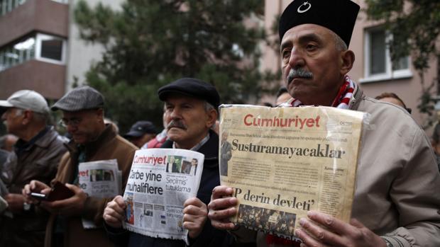 Lectores del periódico «Cümhuriyet» protestan por la detención del editor de su suplemento literario, Turhan Günay