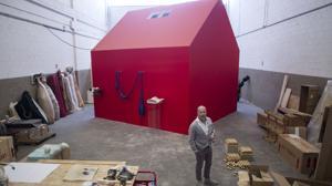 Villanueva en su estudio, distribuido en torno a una gran casa roja