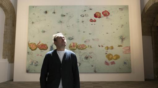 El artista malloquín, junto a una de sus pinturas
