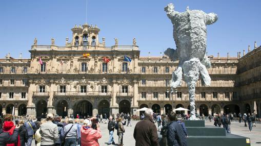Un gran elefante bocabajo, obra de Barceló, en la Plaza Mayor