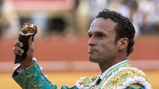 Ferrera pasea una oreja de ley del cuarto toro de la A coronada