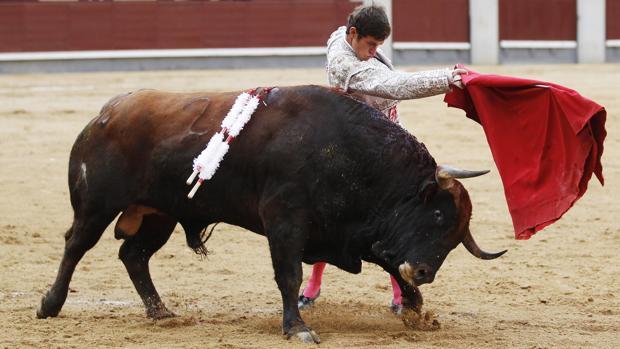 Tulio Salguero, en un pase de pecho a «Valenciano»