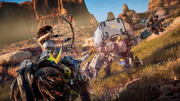 La protagonista del juego, Aloy, lucha contra bestias mecánicas en un futuro postapocalíptico