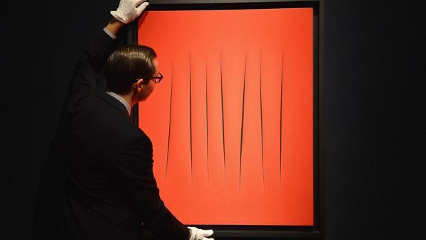 Una de las obras de la serie «Concetto Spaziale», de Lucio Fontana, subastada en 2012 en la sala Christie's de Londres