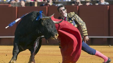 Juan José Padilla se dobla con el toro