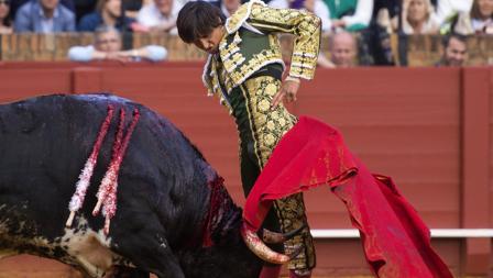 Roca Rey se pasó al toro con valor por detrás y por delante