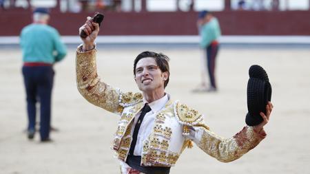 Ángel Jiménez pasea la oreja