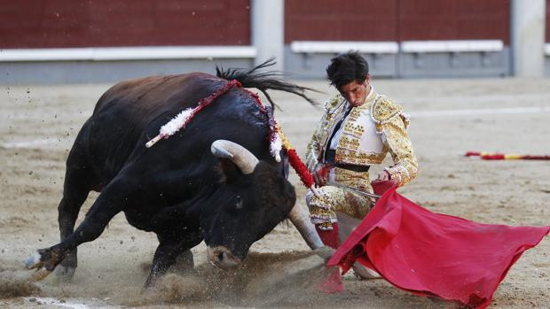 Ángel Jiménez se dobla en el epílogo de faena al cuarto novillo
